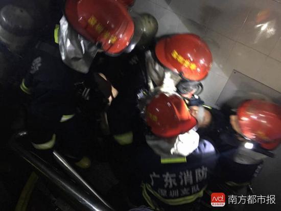 深圳一住宅着火女子昏迷在厕所 疑因电脑充电引起