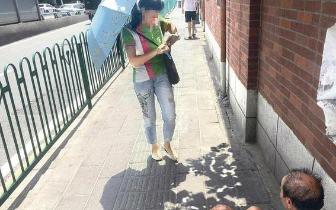 暖心:老人突然瘫坐人行道上 众路人热心帮忙