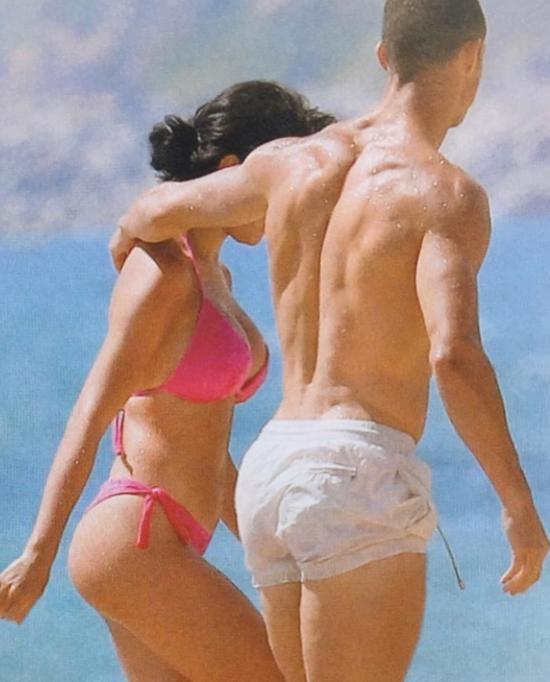 C罗的浪漫假日:满眼爱欲望乔妹 手戳酥胸低头狂吻