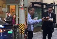马斯克北京街头吃煎饼 特斯拉为什么突然爱上中