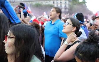 疯狂!法国球迷庆祝堪比8级地震 妈妈甩着孩子欢呼
