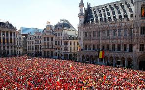 """比利时球迷大规模聚集 等待""""欧洲红魔"""""""