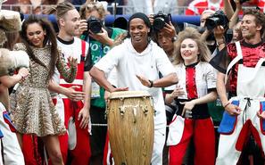 小罗现身世界杯闭幕式 打鼓露标志微笑