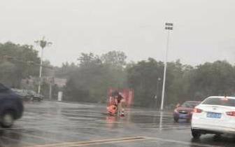 点赞!冒雨修井盖 只为市民回家路更安全通畅