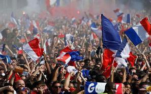 举国欢庆!法国民众走上街头庆祝夺冠