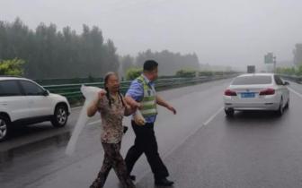 老人雨后独自徒步高速 蜀黍及时将老人带走