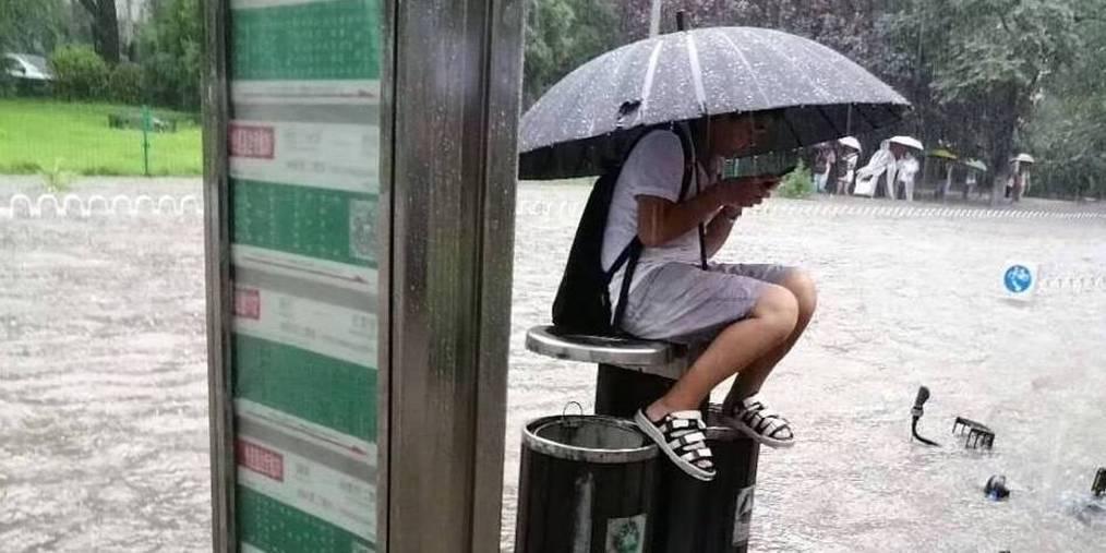"""北京降暴雨 西二旗站公交站可""""看海"""""""