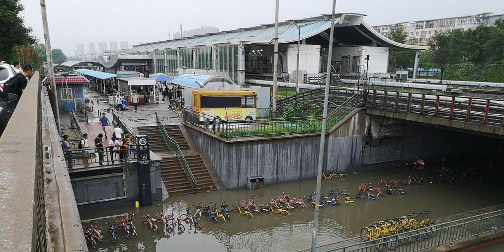回龙观城铁桥被淹 积水最深达车窗附近
