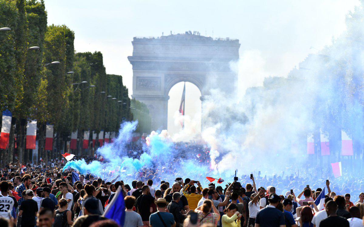 法国夺冠彻底炸开巴黎!球迷上街裸奔+挥舞国旗狂欢