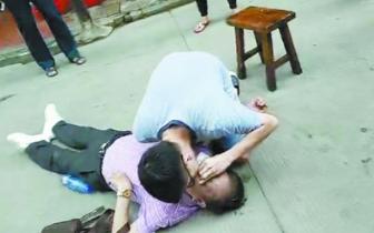 老人晕倒街头游客出手相救 婉拒了家属的万元酬谢