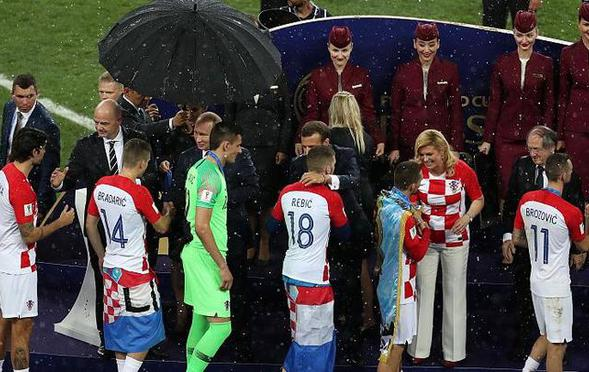 只有一把伞该给谁?这做法遭批