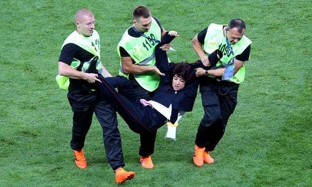 抢镜,女子朋克乐队宣布对闯入世界杯决赛球场负责