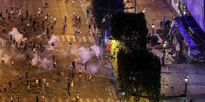 法国庆祝夺冠引发骚乱出动高压水枪