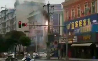 火花带闪电!眉山一电线杆自燃20多户居民停电