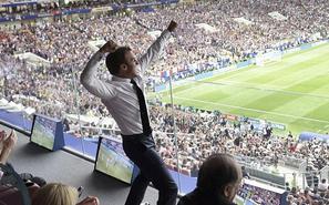 法国总统脱西装看球 开心到起飞