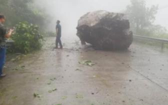 四川雅安石棉县桃坝隧道出口一巨石塌落 省道217实施交通管制