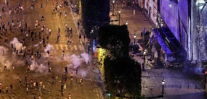 法国庆祝夺冠引发骚乱 高压水枪出动