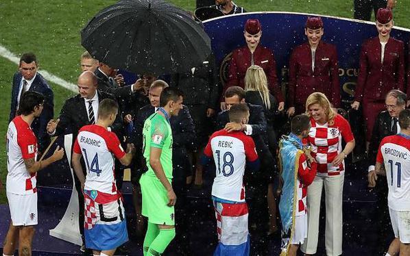 只有一把伞该给谁?这做法遭普京批评