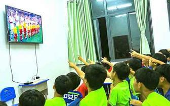琼中女足组织观看世界杯直播