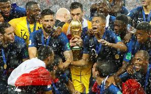 法国登顶俄罗斯 暴雨中捧杯狂欢