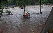 女子被困暴雨中 消防救援