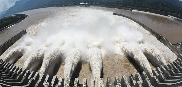 今年最大洪峰来了!三峡七孔泄洪场面壮观