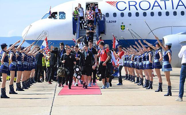 英雄归来!克罗地亚队巡游狂欢
