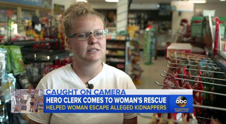 """美加油站店员帮女子逃离绑架者 警方:她是""""英雄"""""""