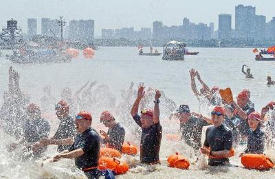 武汉渡江节千名游泳爱好者横渡长江