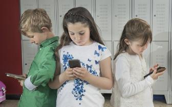 危害日益凸显 欧洲多国限制在校中小学生使用手