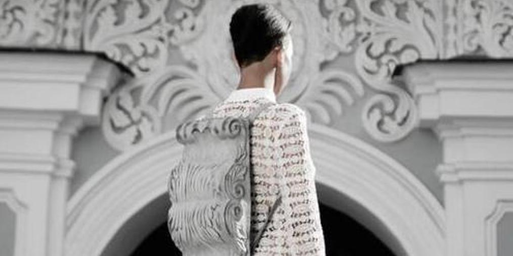 建筑元素的时尚背包:雕塑、自然元素、线条