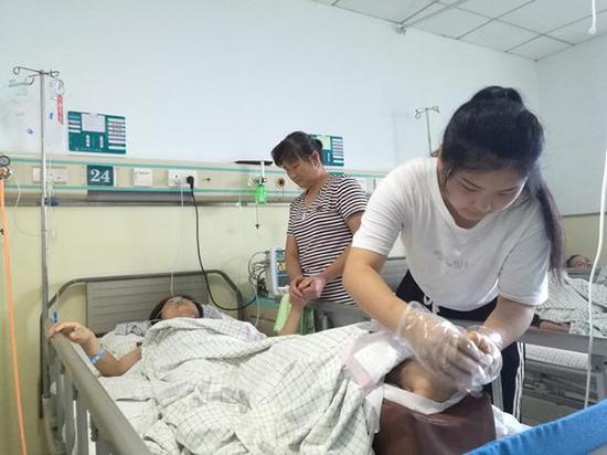 田京荣(右一)帮妈妈按摩。 本文图片均来自淮坊晚报