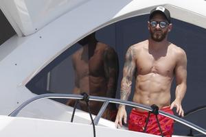 梅西携家人海边度假 型男腹肌抢镜