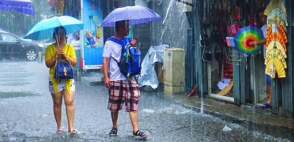 北京大雨天气持续 市民雨中出行