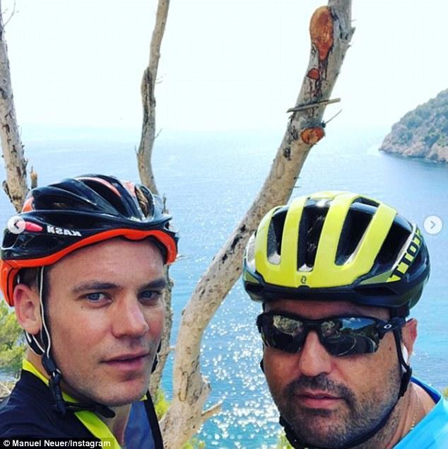 诺伊尔携妻子在伊维萨岛度假,环岛骑行63公里