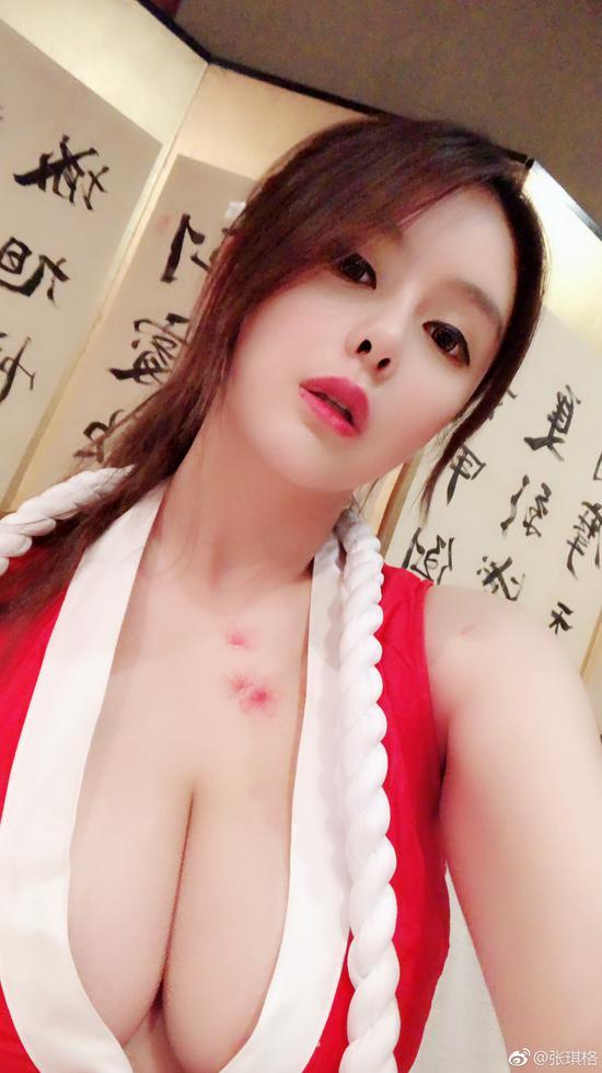 张琪格cos带草莓印的不知火舞图片