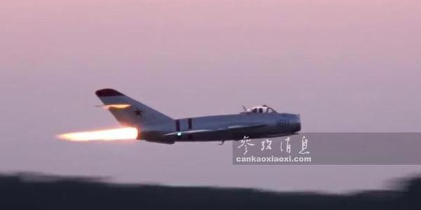 美飞官驾米格17秀喷火术