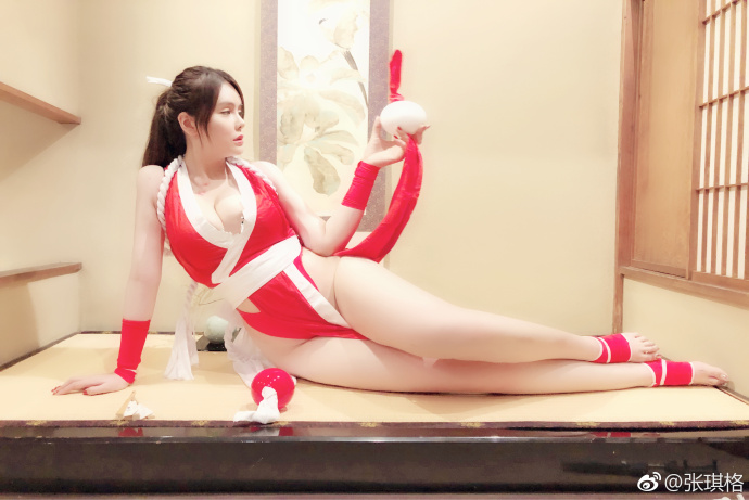 凭借色相迷惑对手!张琪格cos带草莓印的不知火舞图片
