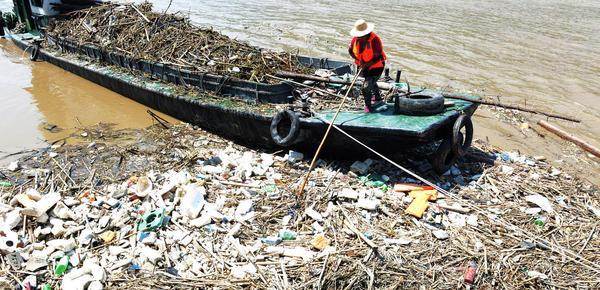 洪峰过后 三峡库区每天清出千余吨漂浮垃圾