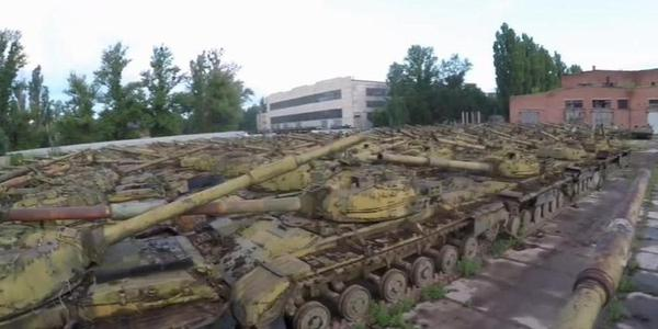 网友潜入乌克兰旧坦克储存基地