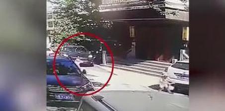 女司机驾保时捷避让 致另一小孩被碾压