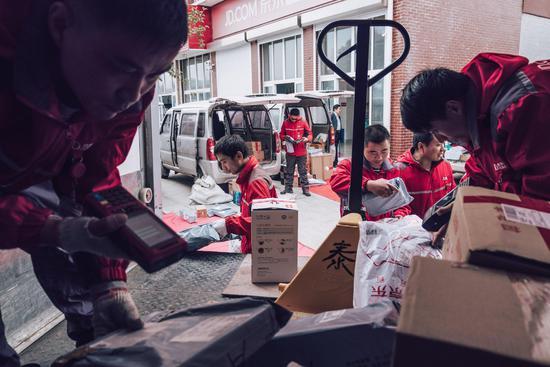 从村口小卖铺腾跃到无人机:电商这样改动中国农村 第2张