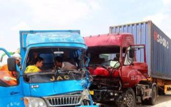 两货车相撞司机被卡车头 德阳消防官兵破拆救援