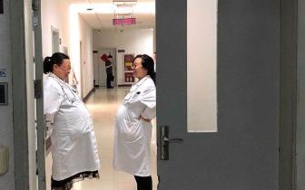 西安2名女医生挺大肚相视而笑照片走红:急诊科常态