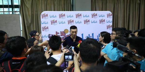 刘大重回上海滩 训练课首秀被沪媒围堵
