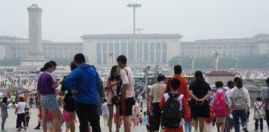 """北京雨后迎""""桑拿天"""" 游客热情不减"""