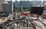 印度2栋楼房倒塌 多人死亡