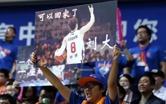 当年他给姚明传球,掀翻八一王朝!漂泊1478天,上海滩传奇回家!