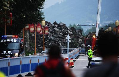 五台山景区巨石拦路 有关部门全力抢修