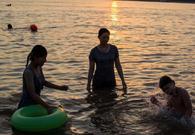 武汉市民水中纳凉消暑
